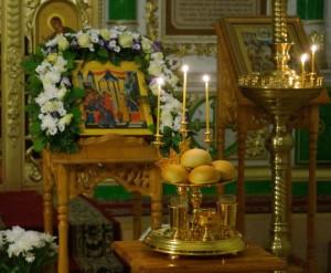 4 декабря православные христиане  с радостью торопятся на праздничное богослужение, посвященное торжественному событию в земной жизни Пресвятой Богородицы – Введению Ее во храм.  Во  времена жизни Её святых родителей Иоакима и Анны еврейский народ под влиянием пророчеств жил в ожидании пришествия Мессии (Спасителя) Царя.    В каждой семье, принадлежащей к роду царя Давида, старались родить и воспитать как можно больше детей, чтобы тем самым увеличить вероятность стать прародителями Мессии. Поэтому многодетные семьи колена Давидова были в почете и уважении, а бездетные считались отвергнутыми Богом. Евреи полагали, что Бог без основания не попускает безчадства и тех, у кого детей не было, считали грешниками и даже проклятыми.   Иоаким же и Анна были праведны и благочестивы в своем житии и отмечены многими добродетелями, но бездетны, а в глазах ближних они были грешниками. В течение многих лет они усердно молились о даровании детей и дали обет рождённого ребенка посвятить  Богу.  Господь воспитывал в избранниках своих особое смирение и упование на Его благую волю, которое и могло принести миру Пречистую Деву – Матерь Бога нашего. За усердные молитвы и смиренное терпение поношений  Бог даровал  им в мудрой старости особенного Младенца. Дочь назвали Марией (как повелел Ангел, явившийся им после пламенной молитвы). Так «Тёплая Заступница мира холодного» на грешную землю пришла. Рождество Её – это начало тайны Боговоплощения и нашего спасения. До 3 лет Мария росла и воспитывалась родителями в родном доме в городе, называемом Назарет, что находится в Галилее к западу от Геннисаретского озера. Едва научившись говорить, Она просила родителей поскорее исполнить свой обет. «Богоотроковица младенчествовала плотью, но была совершенна духом». По исполнении 3 лет Её родители созвали родных, друзей, сверстниц Дочери. Нарядили Марию в лучшие одежды  и сопровождаемые народом торжественно повели Её в Иерусалимский храм. В дороге они пели псалмы и духовные песни, а незримо их сопровожда