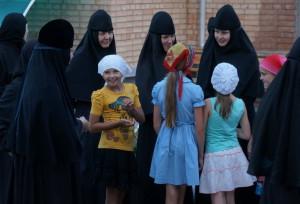 Девочки из монастырского лагеря с сестрами